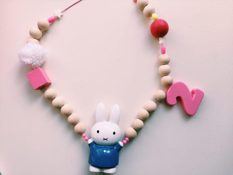 houten kralen ketting knutselen,kinderketting maken,houten kralen ketting knutselen,zelf ketting maken