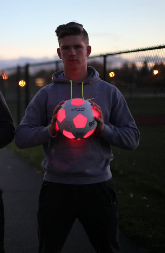 kanjam illuminated soccer ball,kanjam voetbal met verlichting,kanjam bal met verlichting,voetbal led verlichting,led voetbal,led verlichting voetbal,voetbal met licht,voetbal die licht geeft,verlichte voetbal,wit oranje voetbal die licht geeft,voetbal met lampje erin,bal met lampje erin