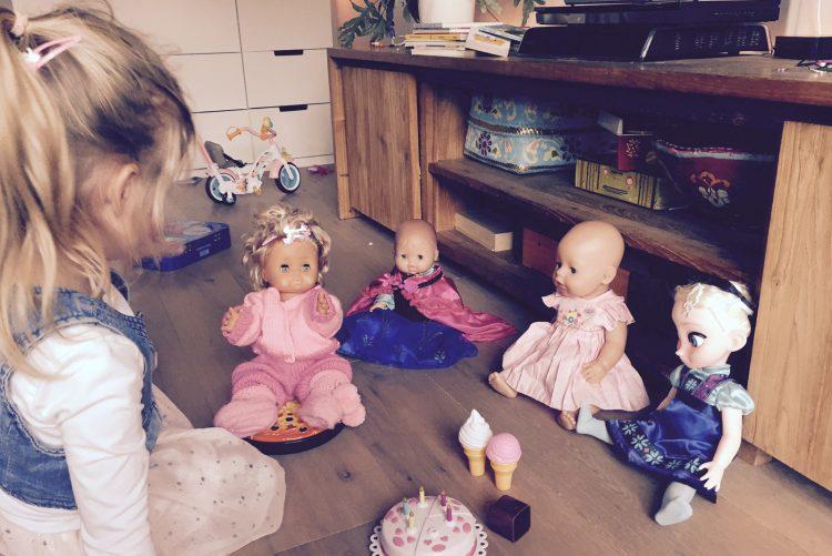 babypop,babypoppen,met poppen spelen