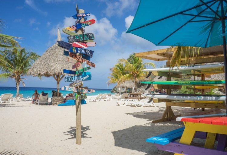 tropisch strand curacao,wegwijsbordjes,curacao met kinderen,tips curacao
