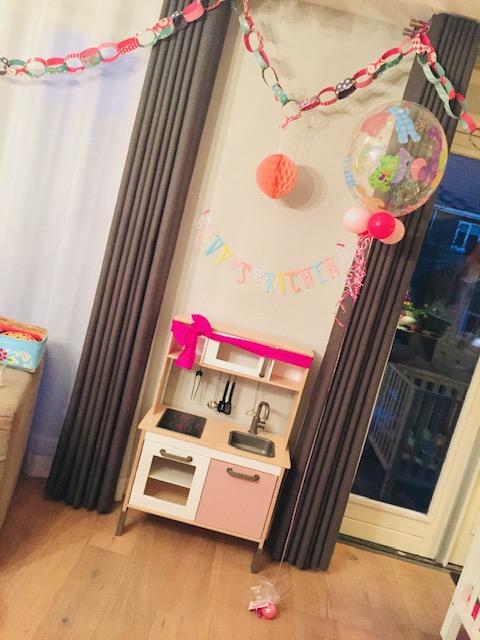 ikea keukentje,ikea duktig keukentje,speelgoedkeuken,houten speelgoed keuken,ikea duktig hacks,ikea duktig keukentje pimpen,ikea keukentje pimpen,letterslinger,cadeau 1 jaar,cadeau meisje 1 jaar