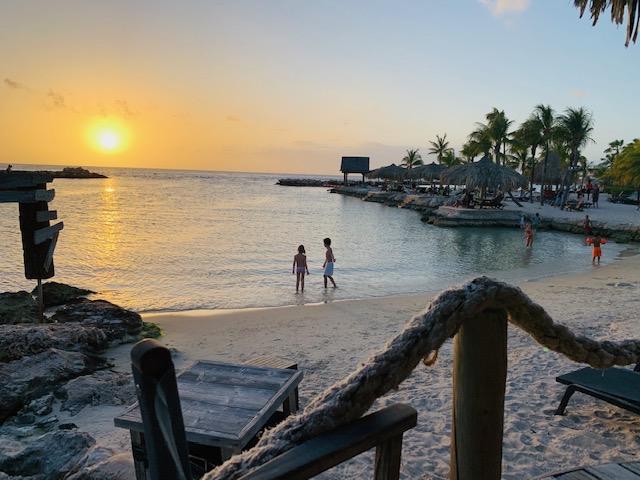 mambo beach curacao,zonsondergang mambo beach,restaurant hemingway,strand curacao