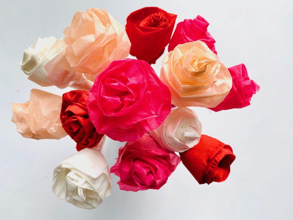 knutsel ideeen,rozen knutselen,papieren bloemen knutselen