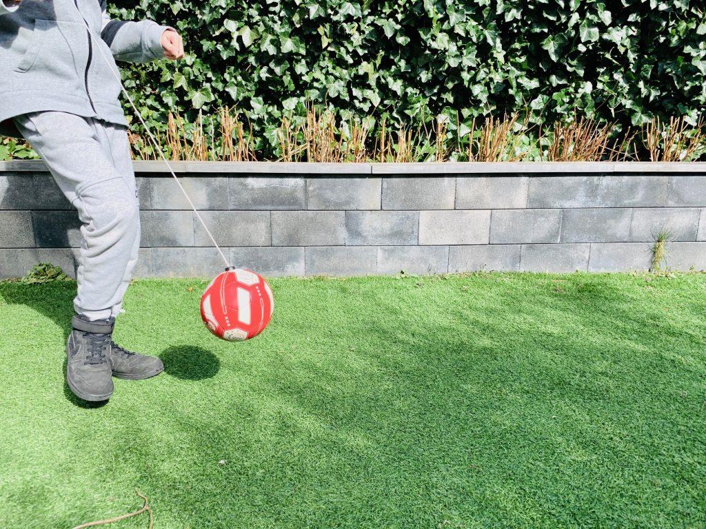 sporten met de kids,thuis school,corona tips kinderen,binnen voetbal,trainingsbal