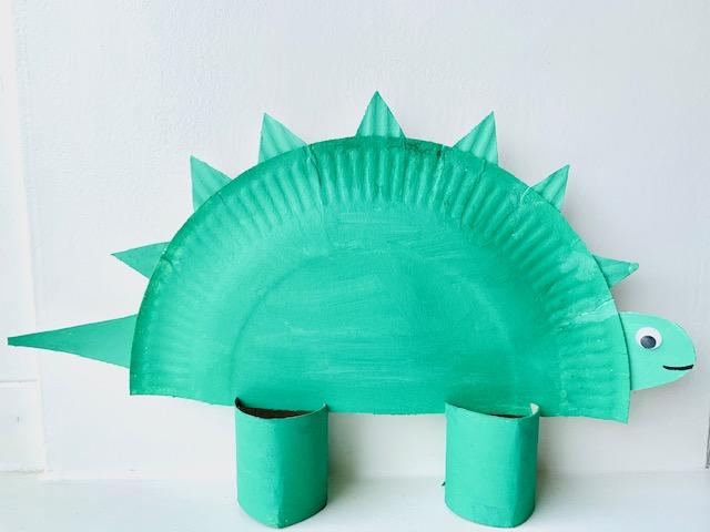 papieren bordjes knutselen,knutselen met papieren bordjes,kartonnen bordje,tips,ideeen om te maken van papieren bordjes,dino knutselen,dinosaurus maken,knutselen kleuters,verven met kleuters