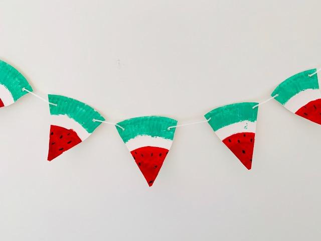 papieren bordjes knutselen,knutselen met papieren bordjes,kartonnen bordje,tips,ideeen om te maken van papieren bordjes,slinger maken,watermeloen,feest slinger maken,zelf een slinger knutselen,kinderverjaardag,feestversiering,knutselen kleuters,verven met kleuters