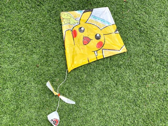 vliegen knutselen,zelf een vlieger maken,zelf een vlieger knutselen,hoe maak je een vlieger,vlieger maken met een plastic zak,vlieger diy,pokemon vlieger,pikachu vlieger
