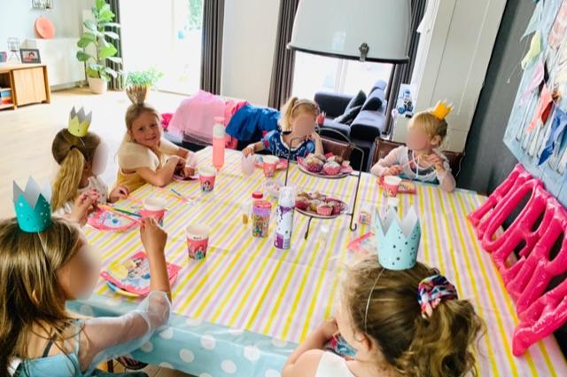 prinsessenfeestje,prinsessen feestje,prinsessenpartijtje,prinsessen partijje,tips,ideeen,prinsessenfeestje,spelletjes,cakejes versieren,tips kinderfeestje,tips kinder partijtje