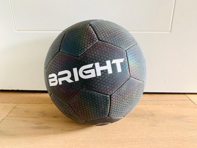reflecterende bal,bright bal,bright voetbal,reflecterende voetbal,glow in the dark voetbal,lichtgevende voetbal