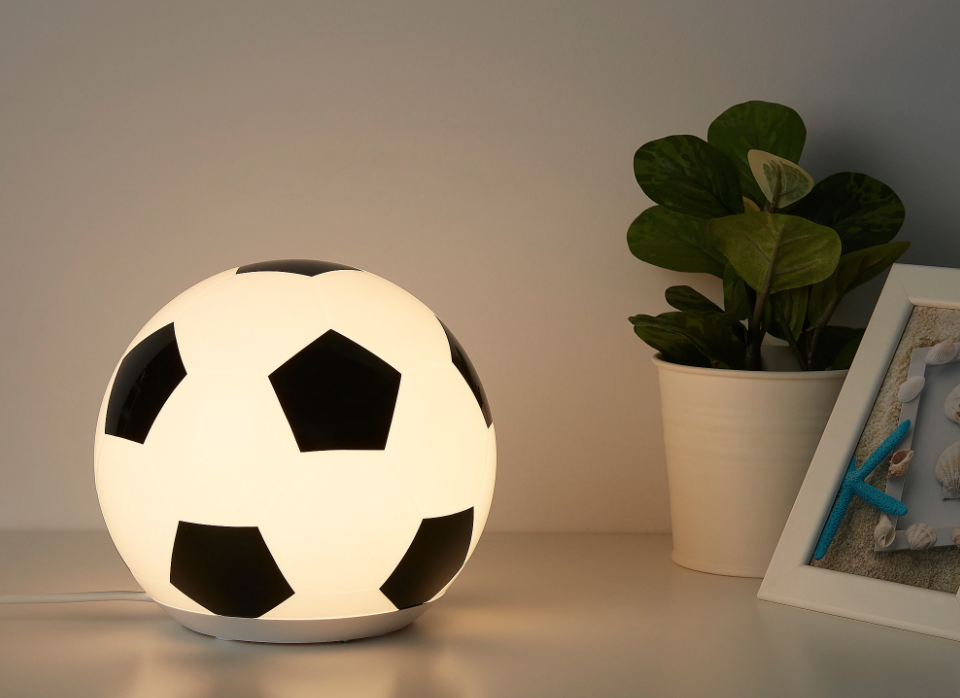 voetbalkamer,tips en ideeen voetbal slaapkamer,jongenskamer voetbal,voetbal lamp,leuke jongens lamp