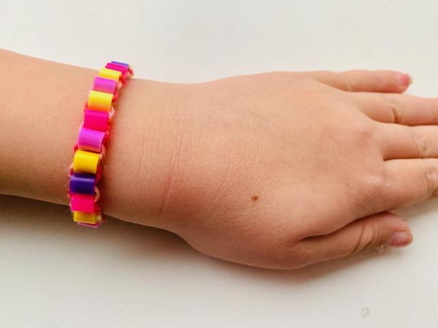 armbandje knutselen van stijkkralen,armbandje maken met kinderen,knutselen met kinderen,knutseltip,knutselen tips en ideeen