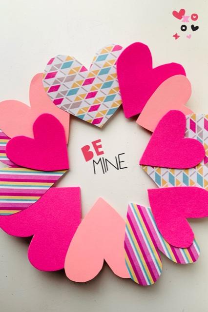 hartjes krans,valentijns krans,valentijnsdag krans van kartonnen bordje,knutselidee valentijnsdag,valentijnsdag knutselen tips en ideeen