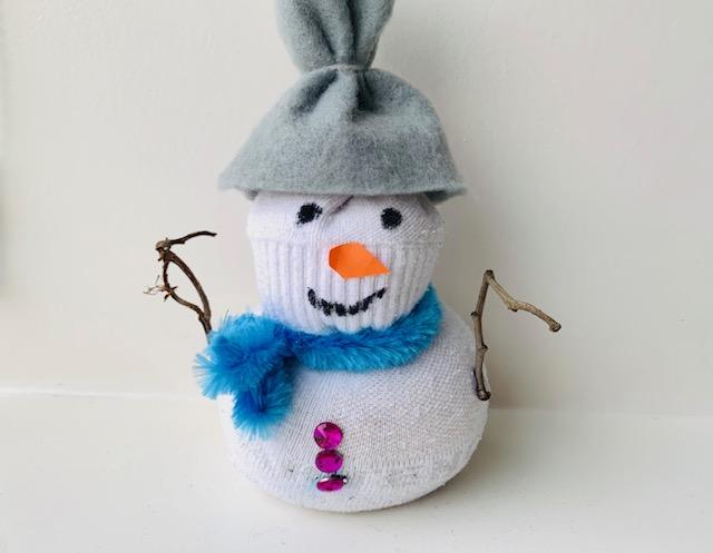sneeuwpop knutselen,sneeuwman knutselen,sokpop,sneeuwman van sok,sneeuwpop van sok,knutselen met kleuters,knutselen met kleine kinderen,winter knutseltips en ideeen,makkelijke winter knutsels