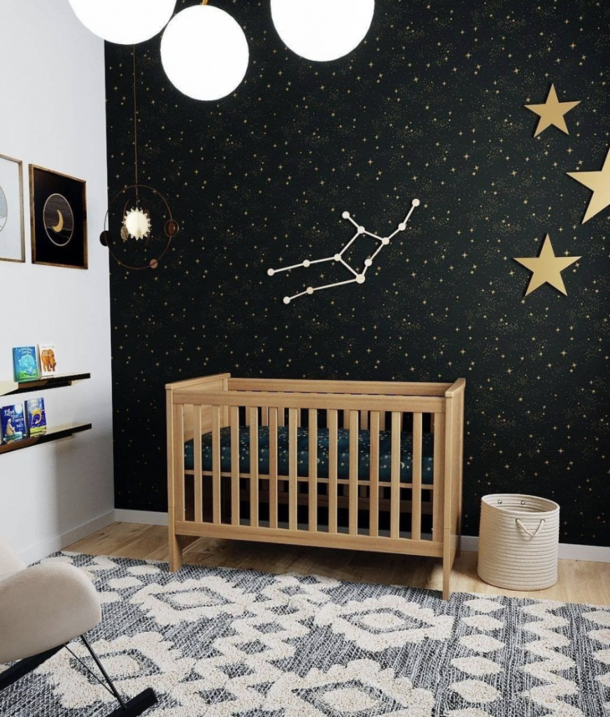 zwarte jongenskamer,zwarte babykamer,sterren behang,behang heelal,sterrenbeeld maagd,sterren kinderkamer,houten baby ledikant,jongenskamer tips en ideeen,kinderkamer tips en ideeen,babykamer tips en ideeen